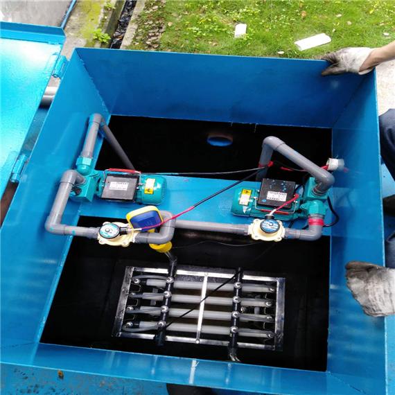 主要技术内容 1、基本原理 (1)预处理系统:包括格栅、污水提升泵、曝气沉砂池及初沉池等,污水经过处理后,靠自然水位差流入曝气生物滤池。 (2)多级曝气生物滤池:各级曝气生物滤池和不同层面生物载体接触的废水水质不同,形成的微生物群体组成不尽相同,每个层面都生长着适合于流到该层废水水质的微生物菌群。 (3)后处理系统:高效气浮代替了传统的二沉池,污泥直接排入污泥池贮存,经消化后,入带式压滤机或涡螺离心机处理,泥饼外运或作农肥。 2技术关键 (1)用多级曝气生物滤池代替普通生物池:曝气生物滤池采用强制曝气,