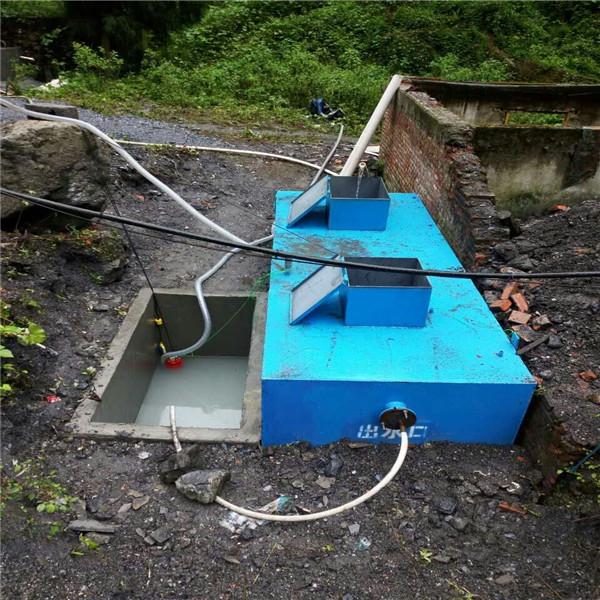 医院地埋式一体化污水处理设备--鲁盛环保  地埋式生活污水处理设备——主要特点 1) 一体化生活污水处理装置可埋入地表以下,地表可作为绿化或广场用地,因此该设备不占地表面积,不需盖房,更不需采暖保温。 2) WSZ污水处理设备由钢结构组成,采用国内*的防腐涂料进行防腐。具有耐酸碱 盐汽油煤油耐老化耐冲磨,能带锈防锈。设备一般涂刷该涂料防腐寿命可达12年以上。 3) 一体化生活污水处理装置的WSZ工艺可连续进水,克服了SBR工艺的不足,比较适合实际排水的特点,拓宽了SBR工艺的应用领
